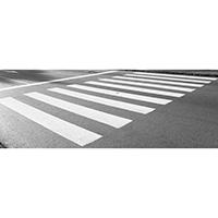 Pintura de faixa de pedestre em calçada